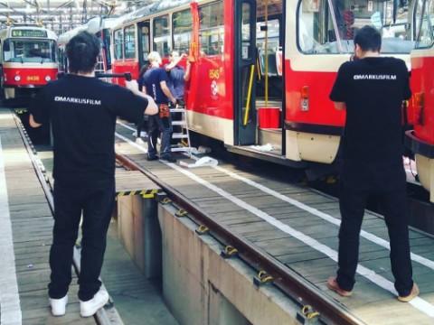 Natáčení polepu tramvaje pro Dopravní podnik Praha a.s